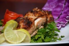Цыпленок зажаренный, с закуской в белой плите Стоковые Фотографии RF