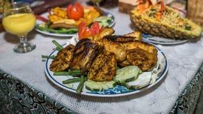 Цыпленок зажаренный углем с соусом карри стоковые фотографии rf