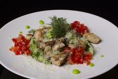 Цыпленок и овощи на белой плите стоковые фотографии rf