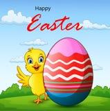 Цыпленок мультфильма маленький с пасхальным яйцом с предпосылкой иллюстрация штока