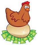 цыпленок насиживая деньги Стоковые Изображения