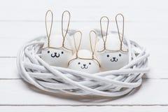 Цыпленок пасхи eggs с smileys и ушами зайчика Стоковые Изображения RF