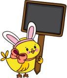 Цыпленок при уши зайчика держа пустой деревянный шильдик иллюстрация штока