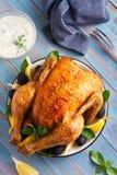 Цыпленок с греческим соусом Tzatziki сделанным с йогуртом, огурцом, чесноком, укропом и оливковым маслом стоковые фото