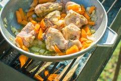 Цыпленок с овощами в баке стоковое фото