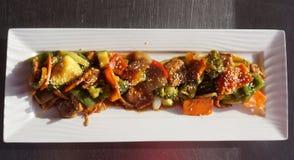 Цыпленок с овощами и семенами сезама стоковое фото rf