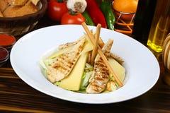 цыпленок шара предпосылки изолировал белизну салата риса частей персика петрушки Стоковые Изображения RF