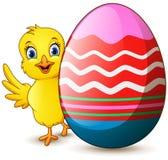 Цыпленок шаржа маленький с пасхальным яйцом иллюстрация штока