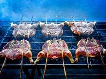 Цыплята зажаренные Тайск-стилем - очень вкусная еда улицы стоковая фотография rf