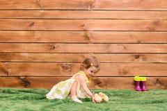 Цыплята маленькой девочки подавая стоковые фотографии rf