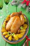 Цыпленк цыпленок зажаренный в духовке рождеством с картошками и грибами Стоковые Фото
