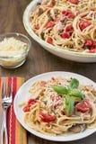 Цыпленок, базилик и томаты с linguine Стоковое Изображение