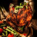 Цыпленок банки пива жаркого с Veggies, травой и специями Стоковые Изображения