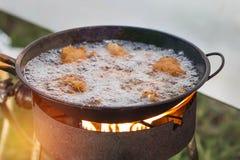 Цыпленок жаря с маслом в лотке Стоковое Фото