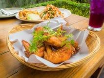 Цыпленок зажаренный в салате корзины и папапайи Стоковое Изображение