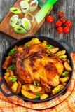 Цыпленок зажарил в печи с картошкой и лук-пореем в лотке Стоковое Фото