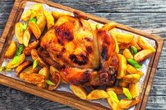 Цыпленок зажарил в печи с картошкой и лук-пореем на борту Стоковые Изображения