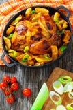 Цыпленок зажарил в печи с клин картошки Стоковое Изображение