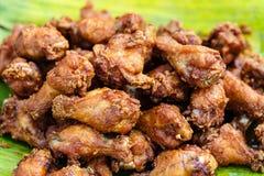 Цыпленок зажарил ноги, крыла, подготовленные в рынке Стоковые Изображения