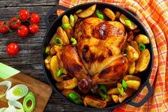 Цыпленок зажарил с клин и лук-пореем картошки в лотке Стоковые Фото