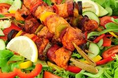 Цыпленок и пряный Chorizo Kebabs с предпосылкой салата Стоковая Фотография