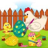 Цыпленок и цыпленоки крася пасхальное яйцо Стоковые Изображения