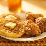 Цыпленок и waffles Стоковые Изображения
