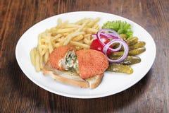 Цыпленок Киев на таблице Стоковые Изображения
