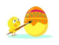 Цыпленок крася пасхальное яйцо Стоковое фото RF