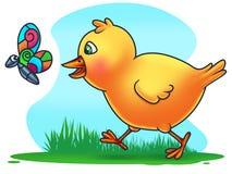 Цыпленок пасхи гоня бабочку Стоковая Фотография RF
