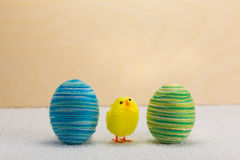 Цыпленок пасхи и пасхальные яйца Стоковое фото RF