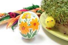 Цыпленок пасхи, покрашенное яичко и ладонь с зеленым кресс-салатом Стоковые Фотографии RF