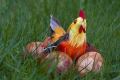 Цыпленок пасхи с яичками стоковое изображение