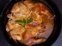 Цыпленок печет в сковороде стоковое фото rf