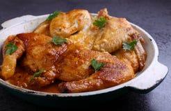 Цыпленок печет в сковороде стоковая фотография rf