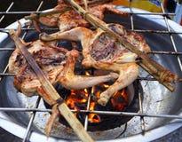 Цыпленок приготовления на гриле Стоковое Фото