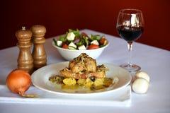 Цыпленок свертывает с красным вином Стоковые Изображения