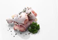 Цыпленок сырцовый на белой таблице Стоковая Фотография