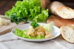 Цыпленок с капустой и сыром на древесине Стоковые Изображения RF