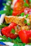 цыпленок шара предпосылки изолировал белизну салата риса частей персика петрушки Стоковая Фотография