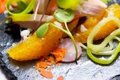 цыпленок шара предпосылки изолировал белизну салата риса частей персика петрушки Стоковые Изображения
