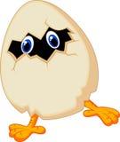 Цыпленок шаржа маленький в яичке иллюстрация вектора