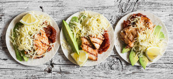 Цыпленок Bbq, авокадо, сыр и пряные tortillas томатного соуса на деревянной предпосылке Стоковые Изображения RF