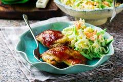 Цыпленок BBQ в микроволне, с Coleslaw Стоковая Фотография RF