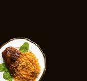 Цыпленок BBQ и испанский рис на элегантной плите Стоковое фото RF
