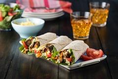 Цыпленок BBQ с свежими обручами tortilla салата Стоковое фото RF
