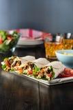Цыпленок BBQ с свежими обручами tortilla салата Стоковые Изображения RF