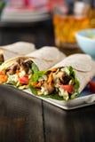 Цыпленок BBQ с свежими обручами tortilla салата Стоковая Фотография RF