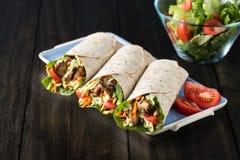 Цыпленок BBQ с свежими обручами tortilla салата Стоковые Фотографии RF