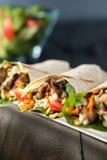 Цыпленок BBQ с свежими обручами tortilla салата Стоковое Изображение